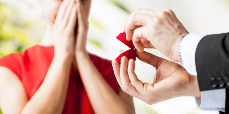 婚約指輪にお返しは必要?相場は?男性がもらって嬉しいものも合わせてご紹介